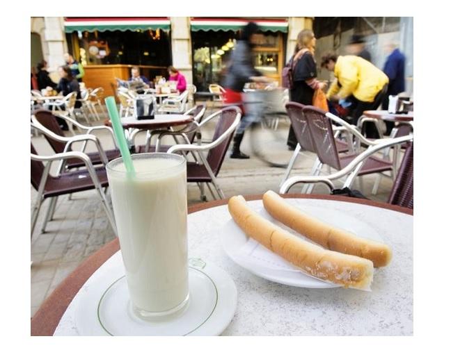 Horchata y fartons, bocados típicos en las Fallas valencianas