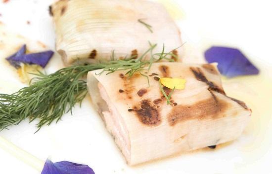 Lomos de salmón noruego marinado envuelto en hojas de puerro