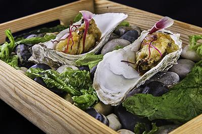 Ostra en tempura con soja fermentada y perlas de yuzú, en Quince Nudos