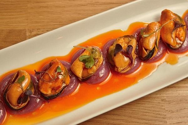 Mejillones la Brújula en escabeche con patata violeta. Tapeo en Taberna & Media, Madrid
