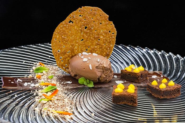 Postre de chocolate elaborado por el chef Bruno Lombán con helado Revuelta