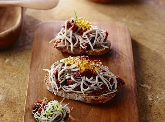 Receta de tosta de pan casero con gulas