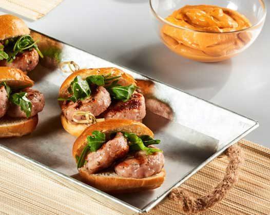 Pulgas de conejo con rúcula y salsa brava