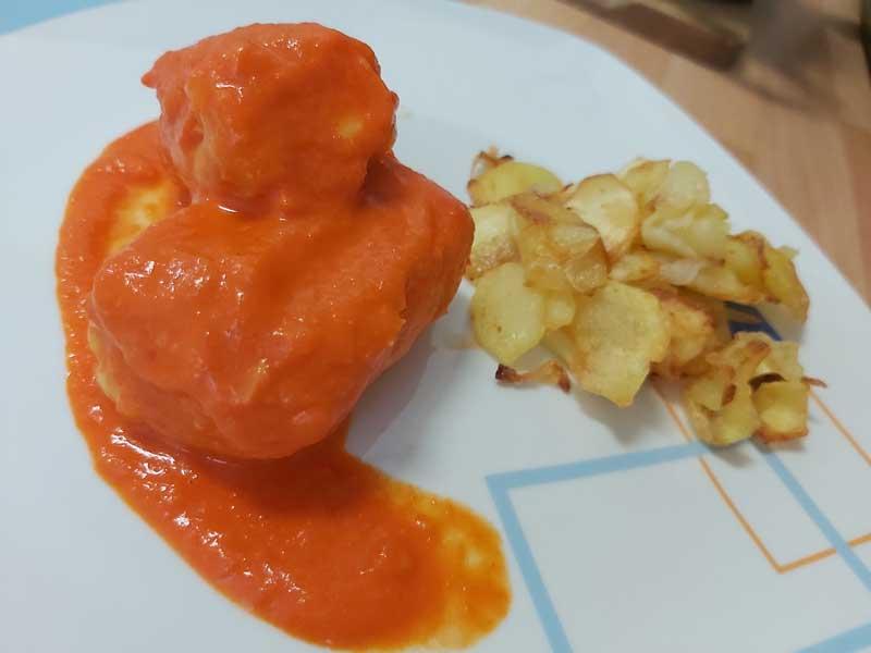 Lomos de merluza en salsa de pimientos del piquillo